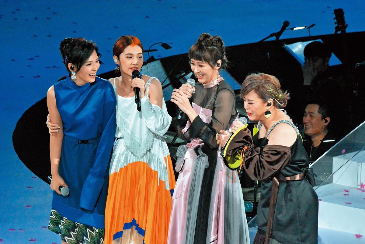 隔了16年,當初4 in Love女子團體的成員在香港合體,4女感動落淚,多年來都是閨密的她們,長相也隨著年紀多了女人味。(東方IC)