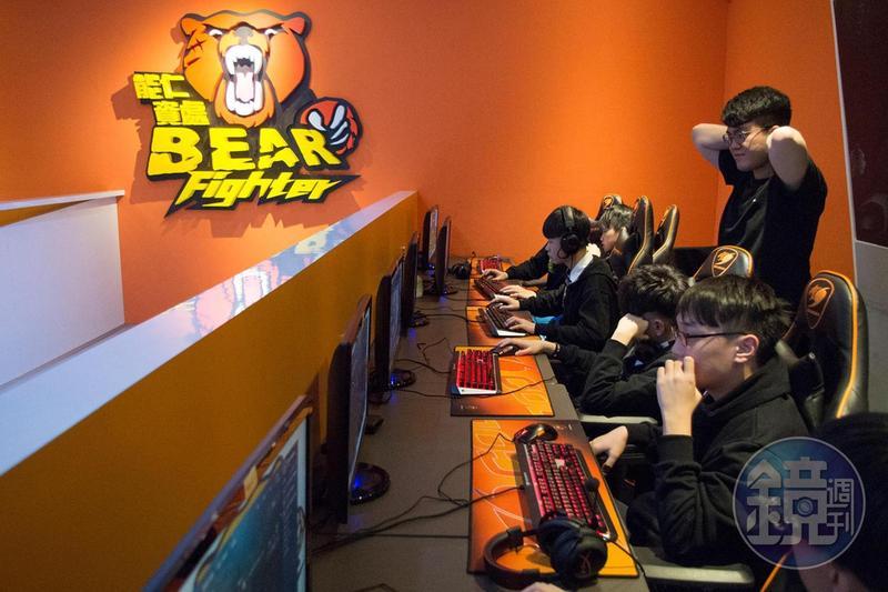 「Bear Fighter」(熊武士)是由能仁資處科學生命名,Logo則是由老師所設計。
