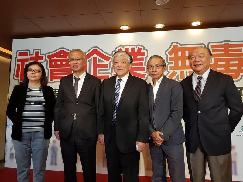 法務部跟民間企業攜手反毒,今天舉行結盟簽署發表會,知名導演吳念真(右2)也現身力挺。