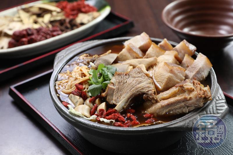 「醉香肉骨茶湯煲」是肉骨茶豪華版,多了大白菜、香菜和米酒,滋味更豐富。(300元/份)