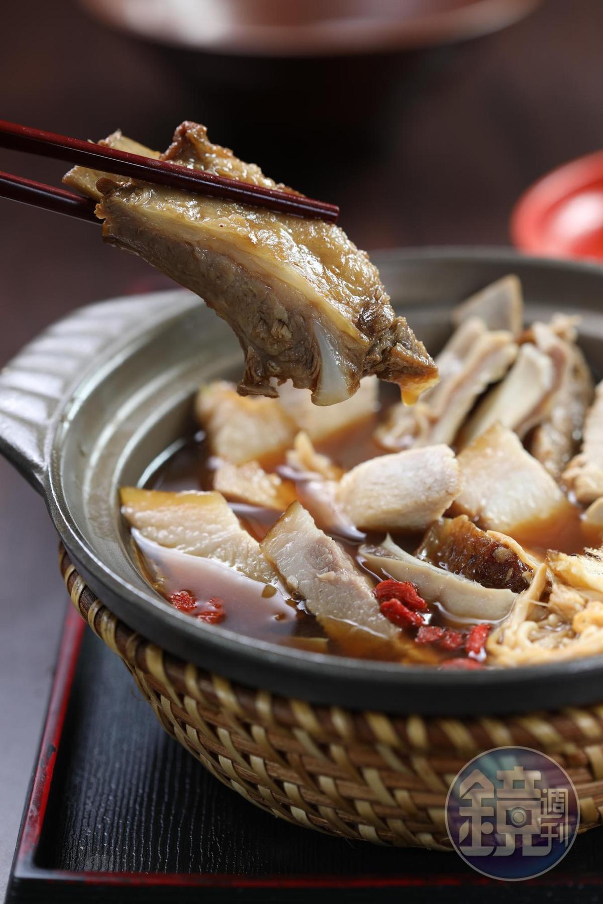 「肉骨茶湯煲」裡的溫體豬小排,肉嫩不澀、有骨香。(200元/份)