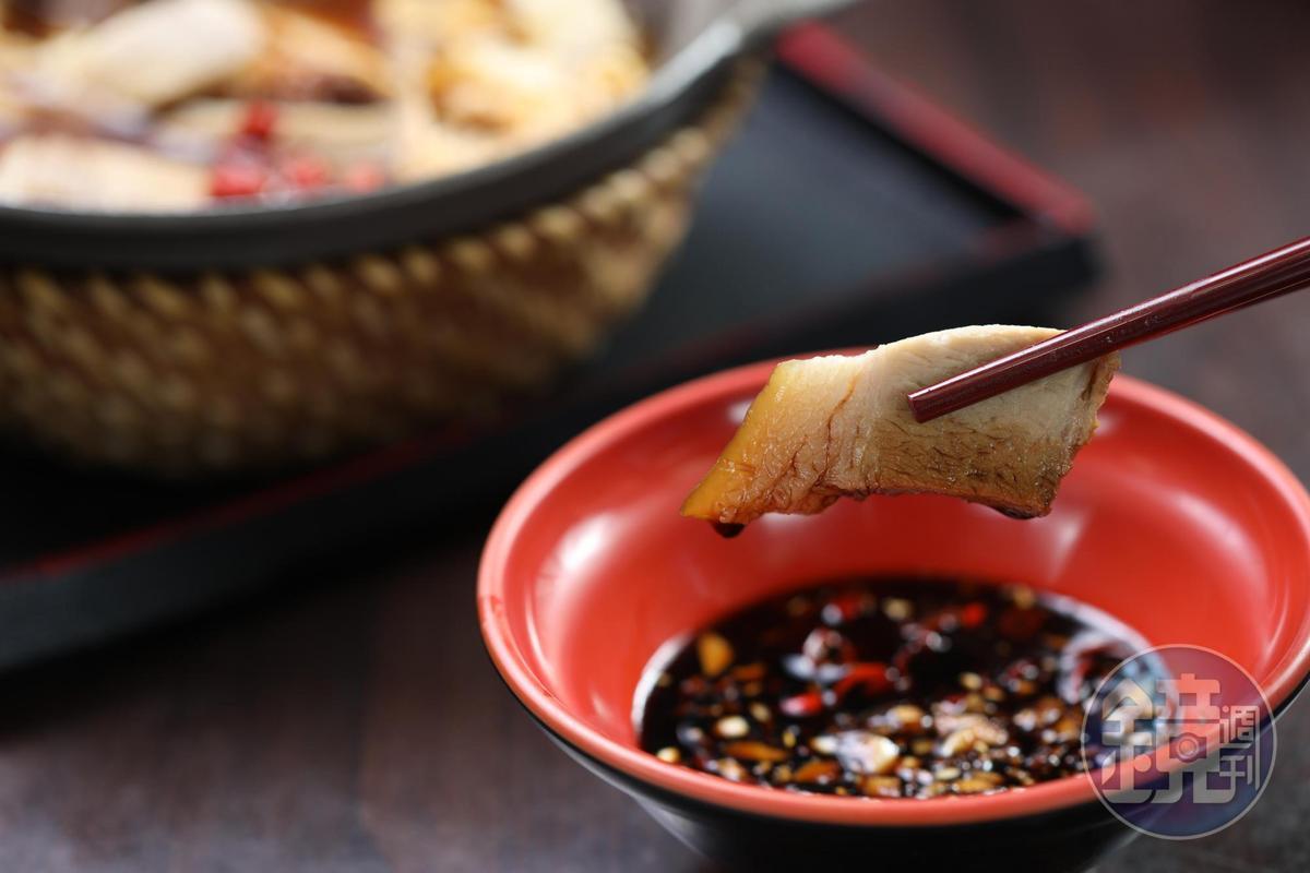 把湯煲裡的肉塊,蘸著蒜頭辣椒醬油吃,辣香有層次。