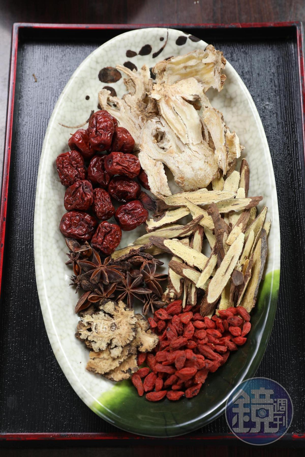 煮肉骨茶的中藥包裡有當歸、川芎,還放了甘草讓湯頭順喉,甜味來自紅棗跟枸杞。