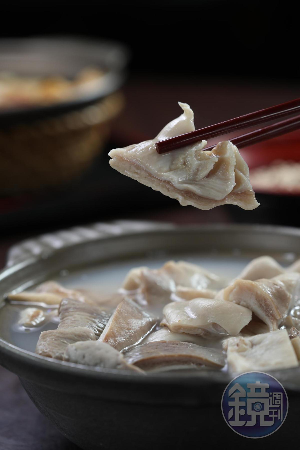 「胡椒豬肚湯煲」的湯頭盡是白胡椒的香氣卻不辛嗆,豬肚爽脆不爛。(200元/份)