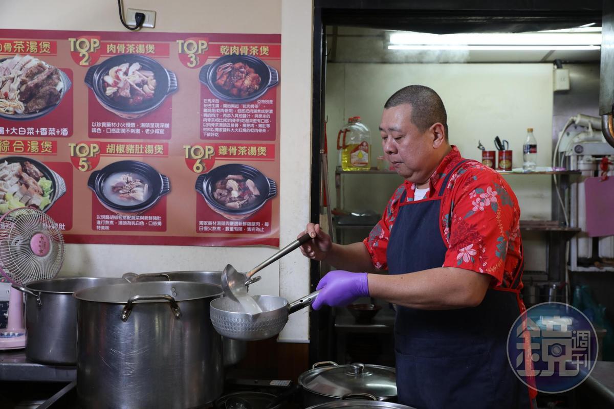 老闆李志權13歲就開始學做肉骨茶,已有超過30年經驗。