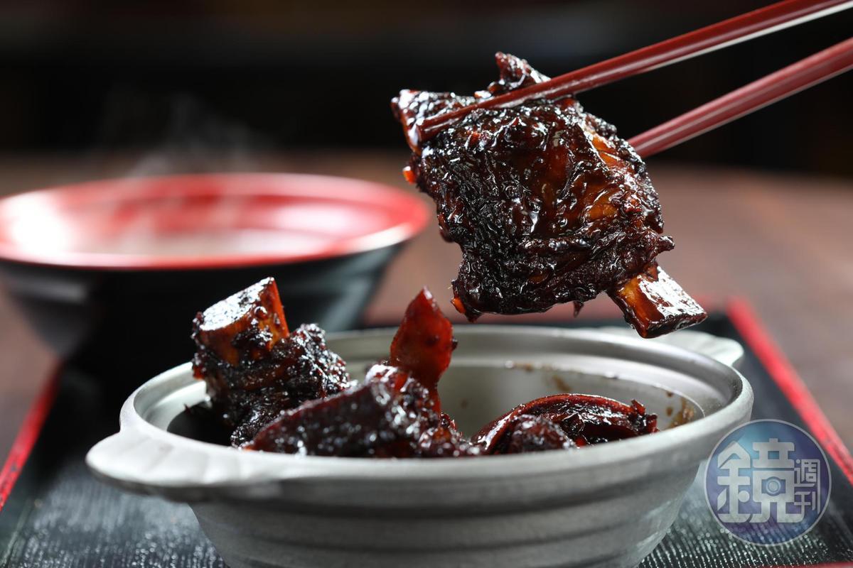 「乾肉骨茶煲」是用肉骨茶湯、蒜頭、辣椒、香港黑醬油去炒排骨肉,甜鹹下飯。(220元/份)