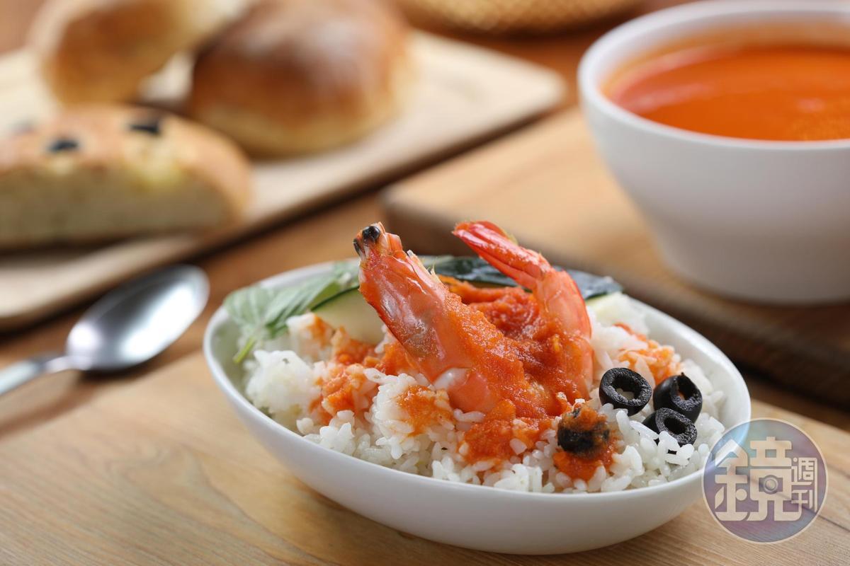 「鯷魚白豆番茄酸辣蝦濃湯」有檸檬、番茄的酸香和辣椒的辛口,頗下飯。(155元/碗)