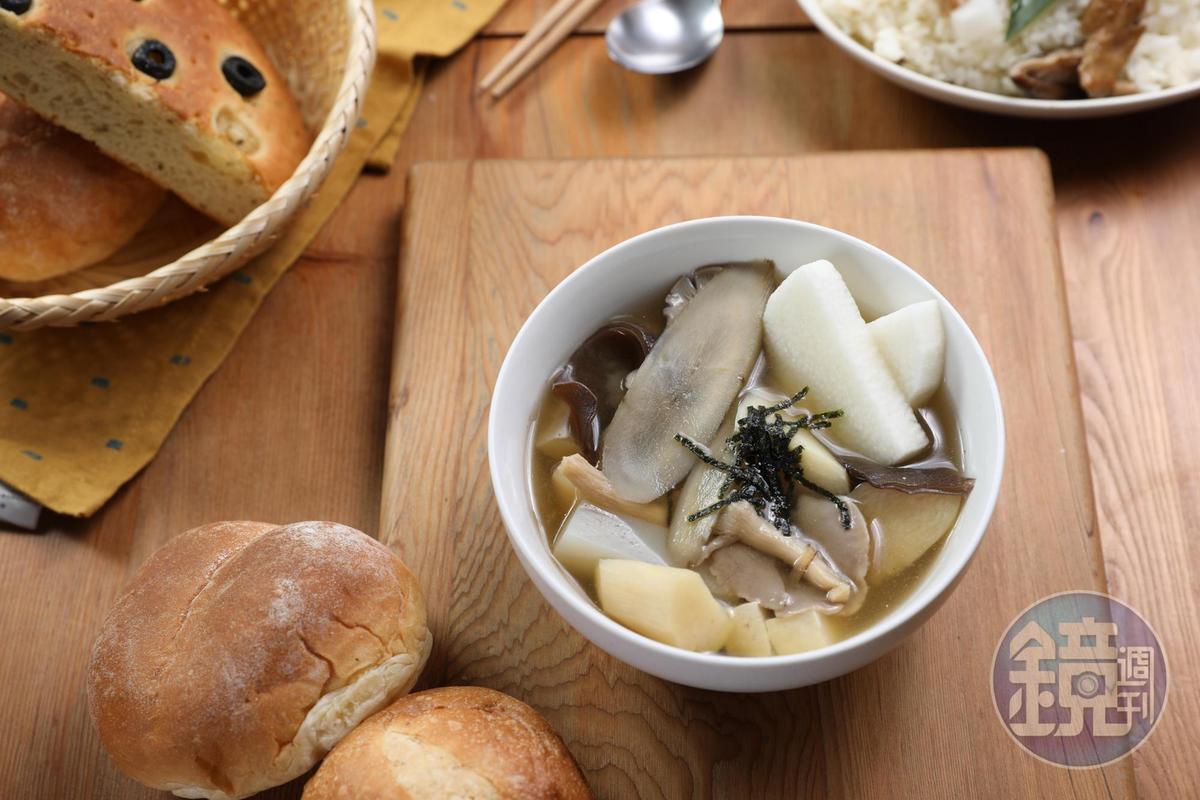 「牛蒡野菇豆腐蔬菜燉湯」喝得到味噌的香氣和蔬菜的甘甜,湯料豐富。(140元/碗)