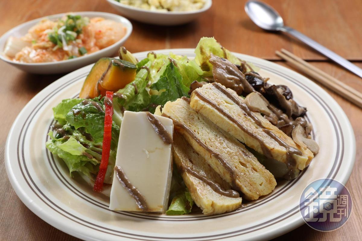 「野菇玉子燒豆腐沙拉」分量十足,淋上芝麻醬和柚子醋調成的醬汁,爽口開胃。(230元/份)