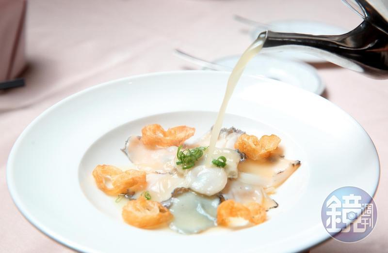「過橋活鮑魚」是以熬製許久的老母雞湯,熱燙鮑魚片,非常爽口。(780元/份)