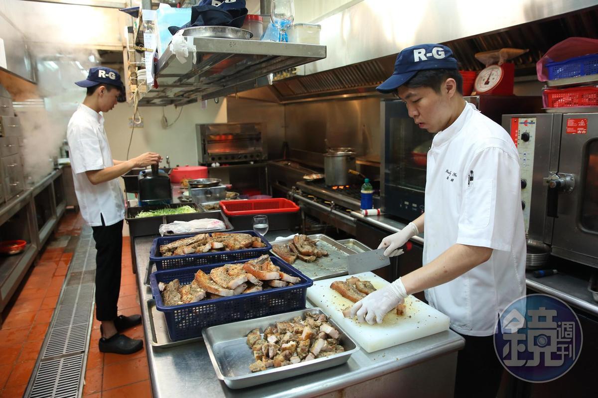 廚房處理食材也有明確的要求,標準之嚴格不輸大飯店。