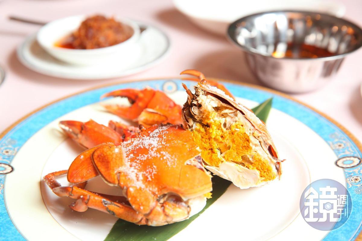 清蒸或鹽焗各式當令美蟹,是許多熟客的最愛。(時價)