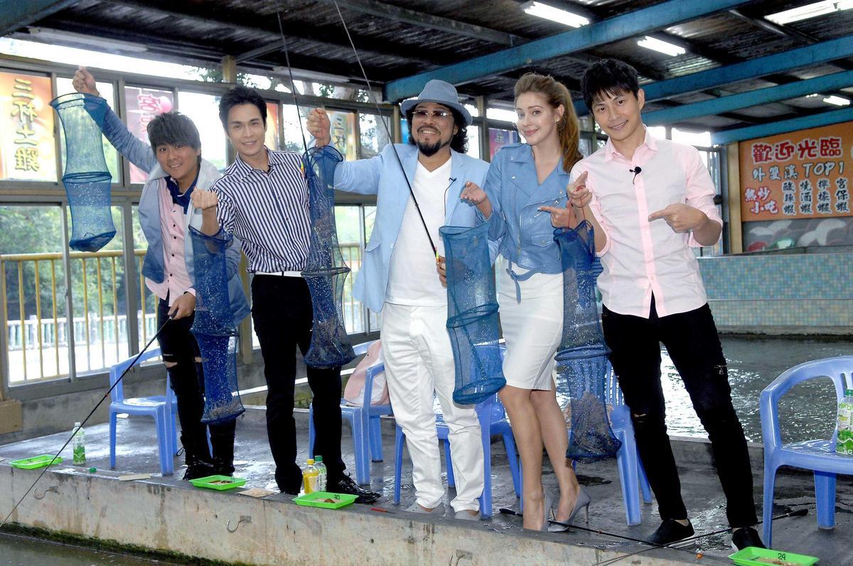 華視《綜藝菲常讚》走出戶外錄外景,第一站去了台灣人最愛的「釣蝦場」。(華視提供)