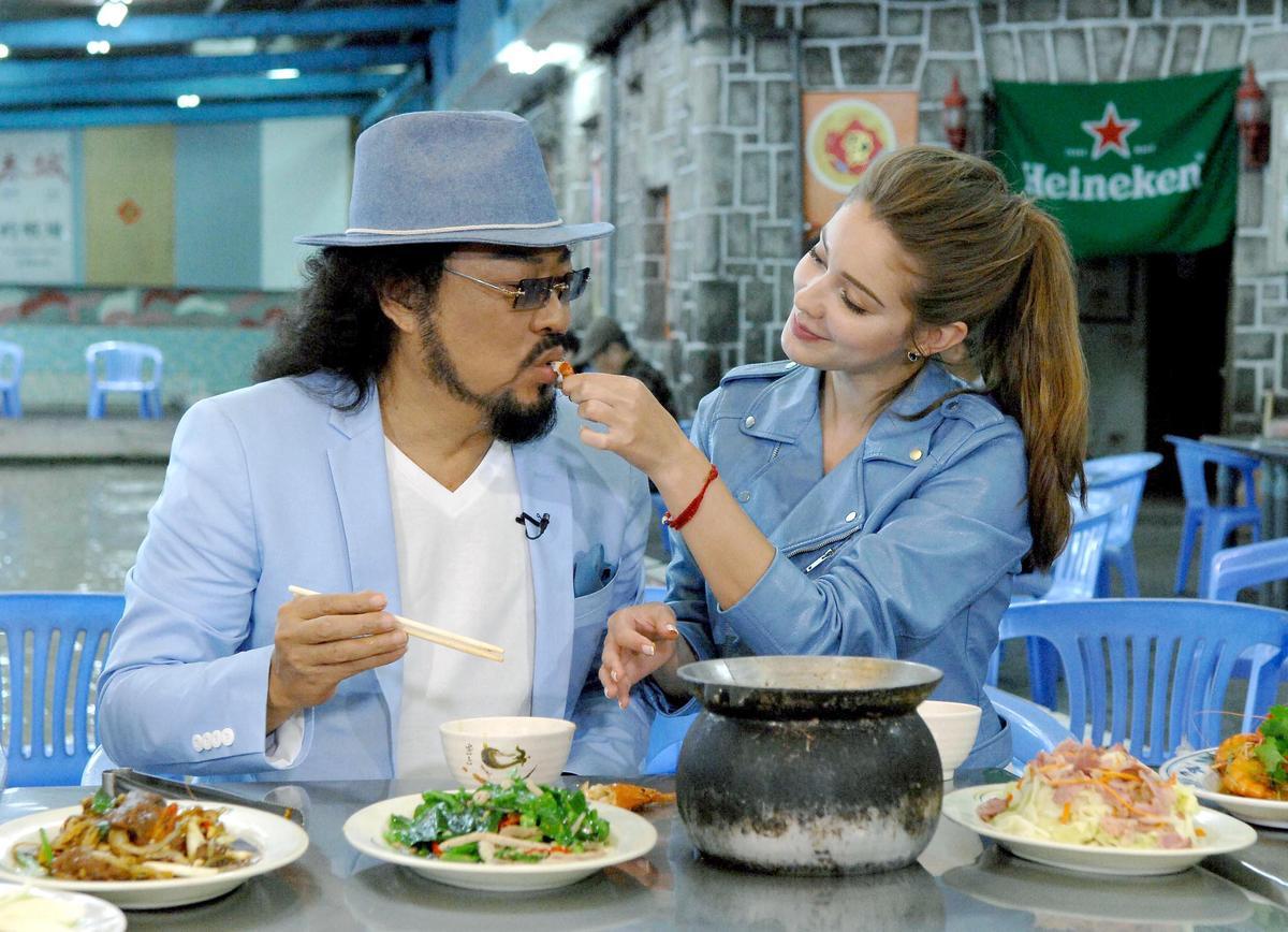 張菲(左)與安妮(右)大啖自己釣上來的蝦子,還上演餵食秀。(華視提供)