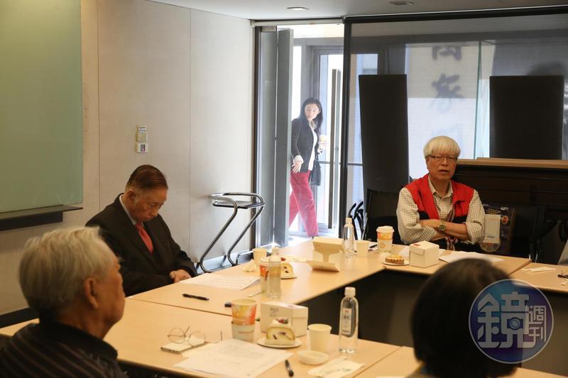 文大董事長張鏡湖出席校長遴選委員會,他的女兒張海燕則一直在會議室外盯場。