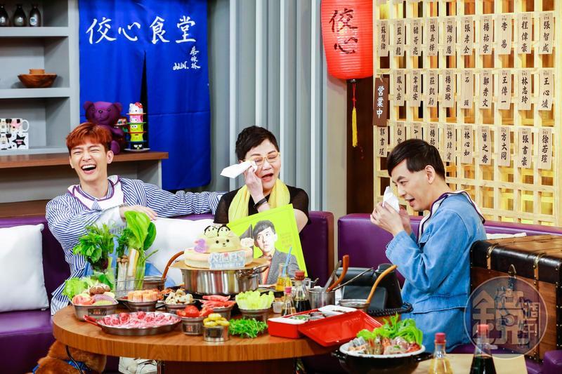黃子佼(右)生日,張小燕(中)驚喜送上黑膠唱片,2人忍不住落淚,炎亞綸(左)在一旁緩和氣氛。