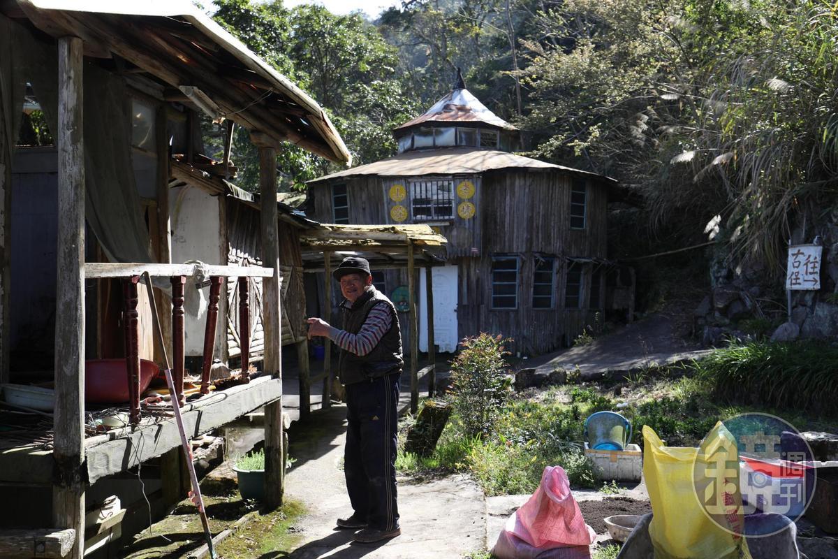 後方的圓形屋子是他蓋給登山客的住宿房間,取名「萬鶴樓」。