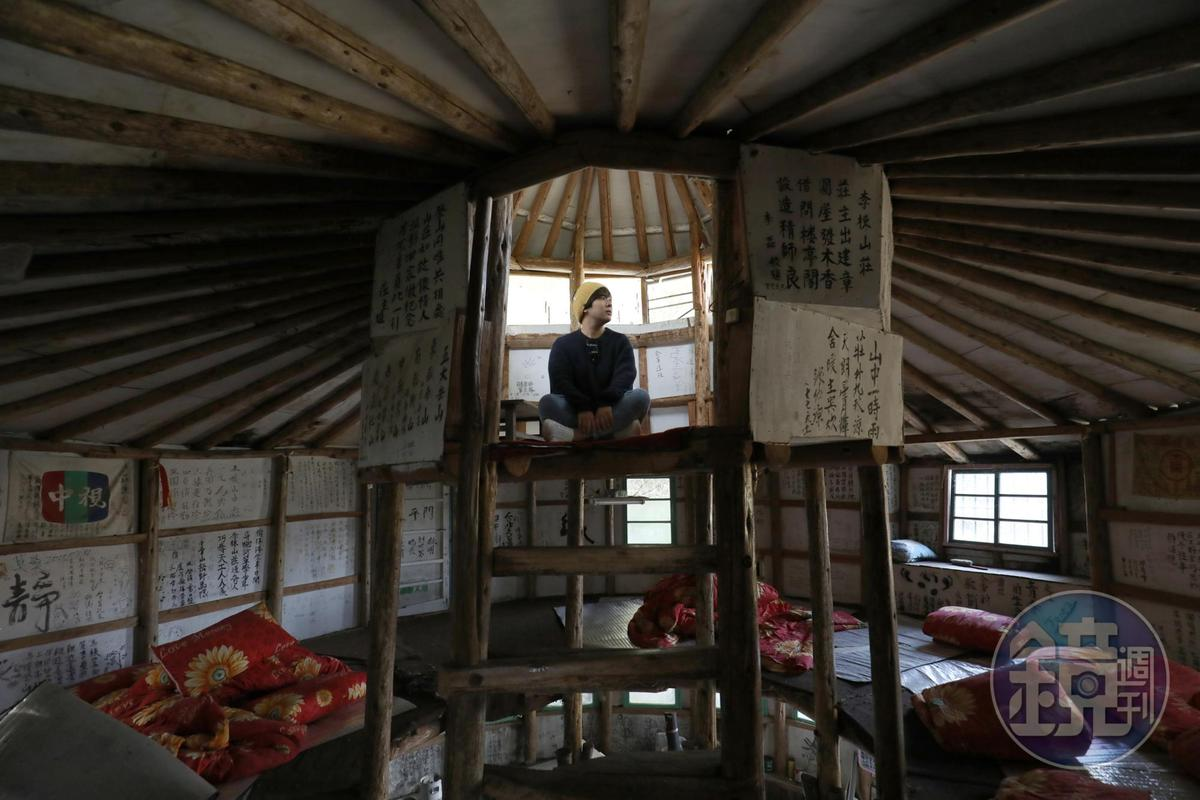 「萬鶴樓」過去提供給登山客住宿,現在已無人住,只見棉被枕頭散落一地。