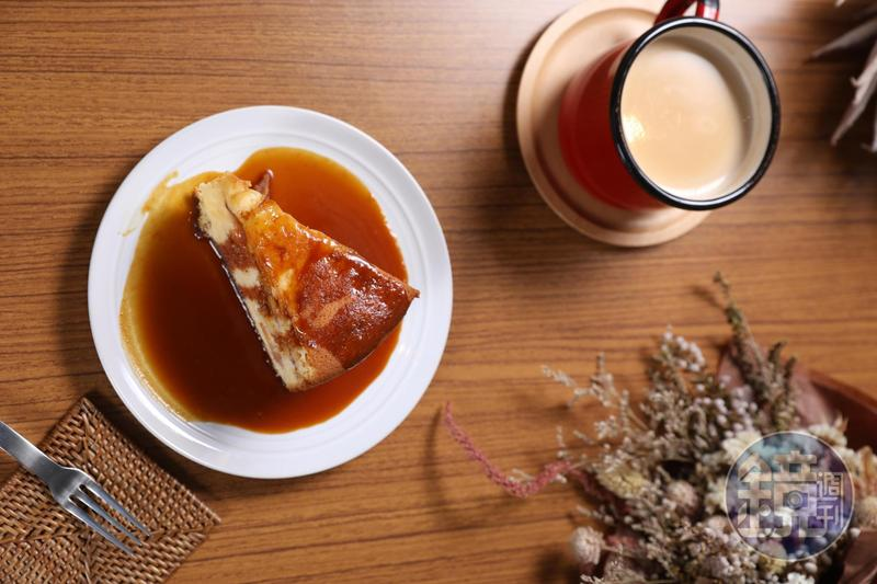 「進來吧」十分受歡迎的「溫熱吃李子蛋糕佐手工焦糖醬」(125元/個)與「薑味鍋煮奶茶」(130元/杯)。