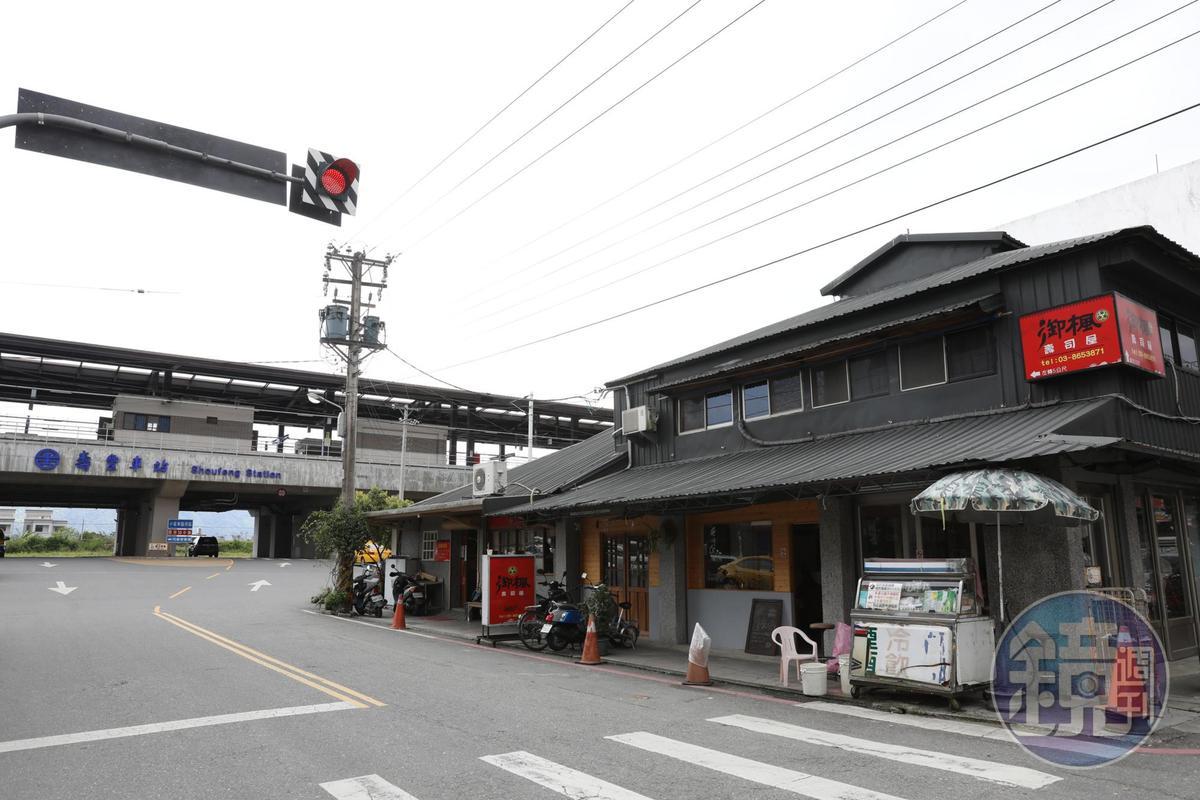 「進來吧」位在壽豐火車站外,一邊是爸媽的雜貨店,一邊是弟弟的餐廳。