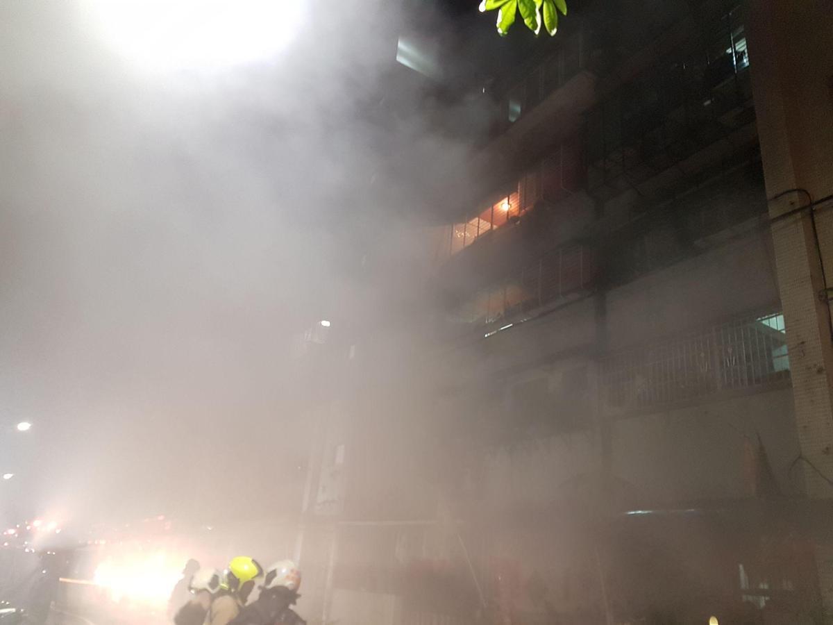 火災現場濃煙密布,連幾條巷弄外都聞得到濃烈刺鼻的塑膠燃燒味。