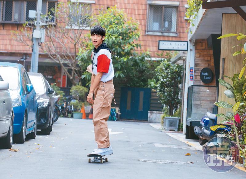 張豐豪私下喜歡玩滑板,目前正勤練特技,一天到晚都帶著滑板趴趴走。