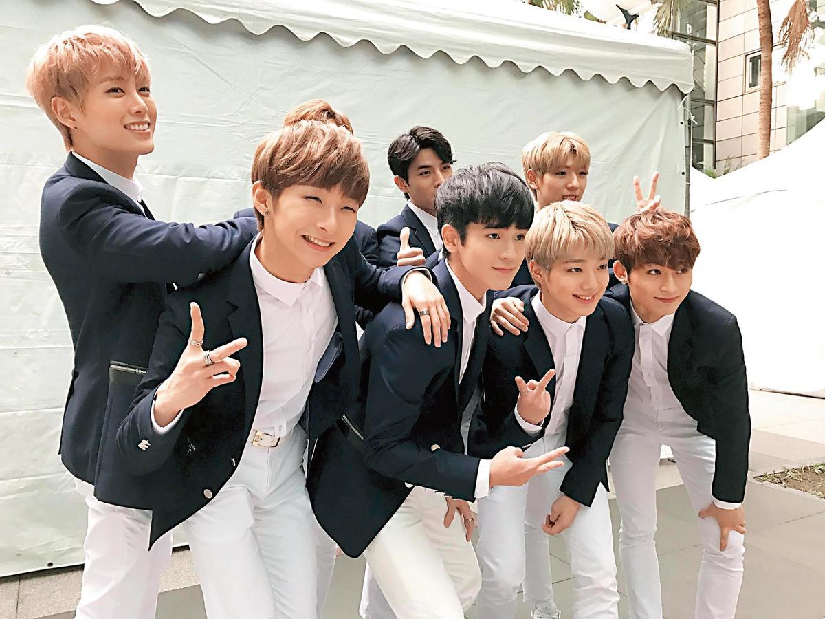 張豐豪(前排左2)參加韓團「一級秘密」的選拔出道,當時還被冠上男版周子瑜的頭銜,讓他笑稱不敢當。(翻攝自張豐豪臉書)