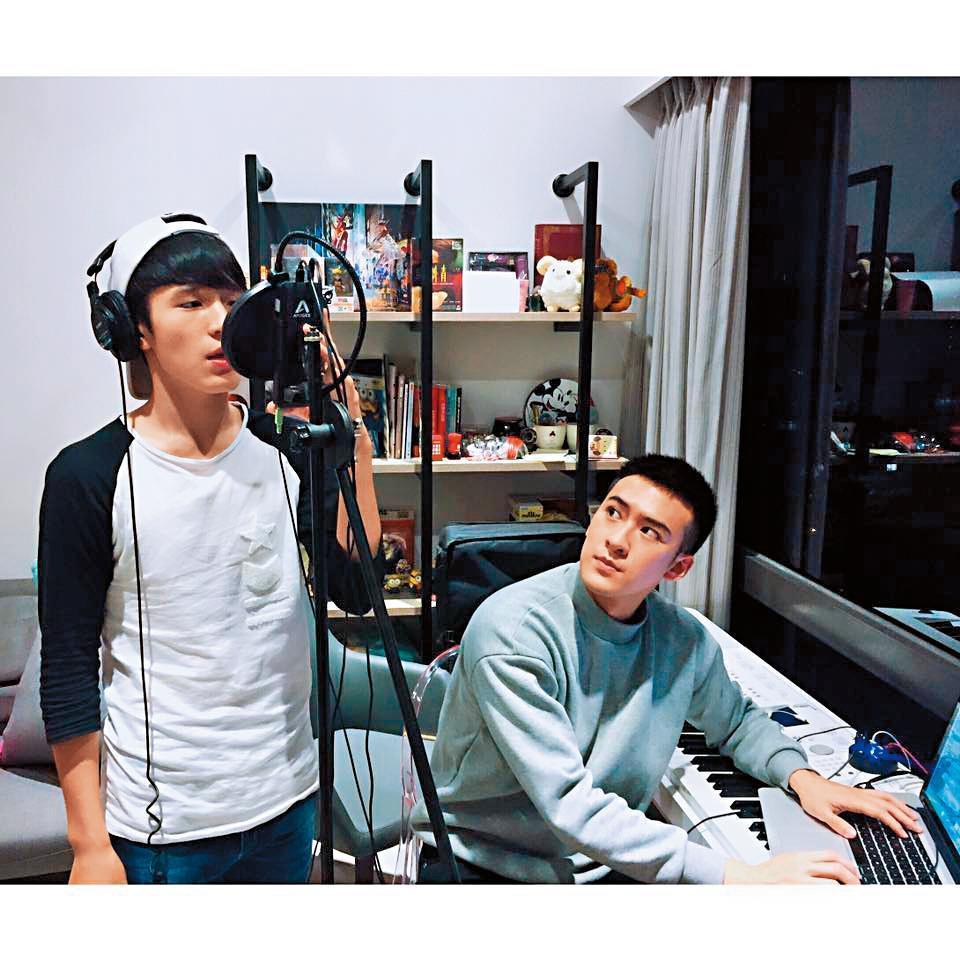 沈建宏(右)與張豐豪都屬何潤東同間公司,熱愛音樂的2人,私下也會相約練唱。(翻攝自張豐豪臉書)
