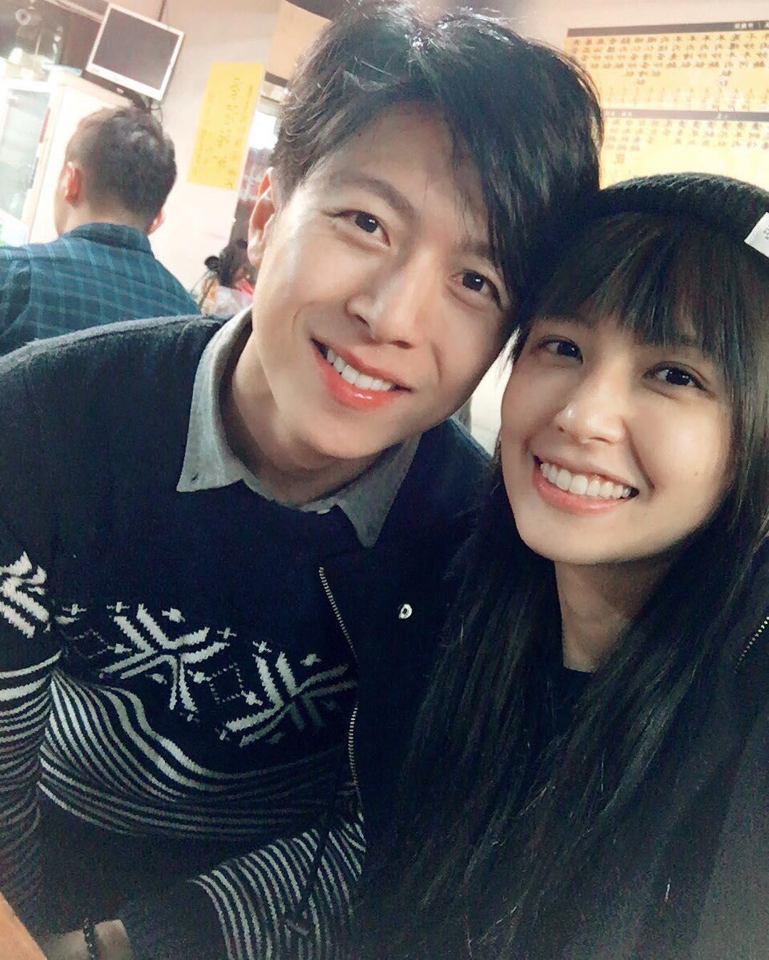 去年底袁艾菲(右)正式在臉書公開和男友的合照。(翻攝自袁艾菲臉書)