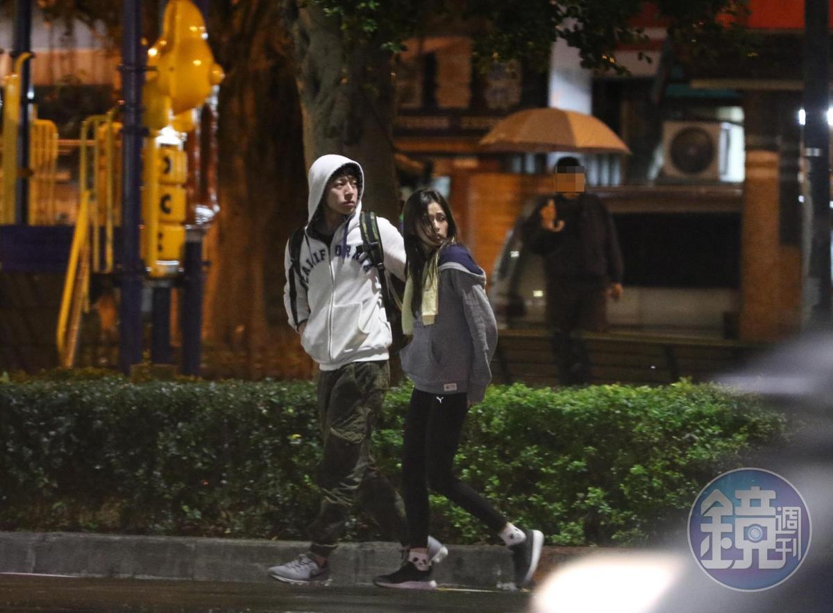 去年3月本刊直擊袁艾菲(右)和新歡童顏肌肉男約會戀情曝光。