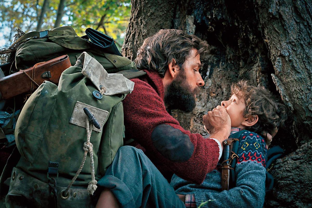 約翰卡拉辛斯基(左)在片中飾演父親,也是《噤界》一片的導演。