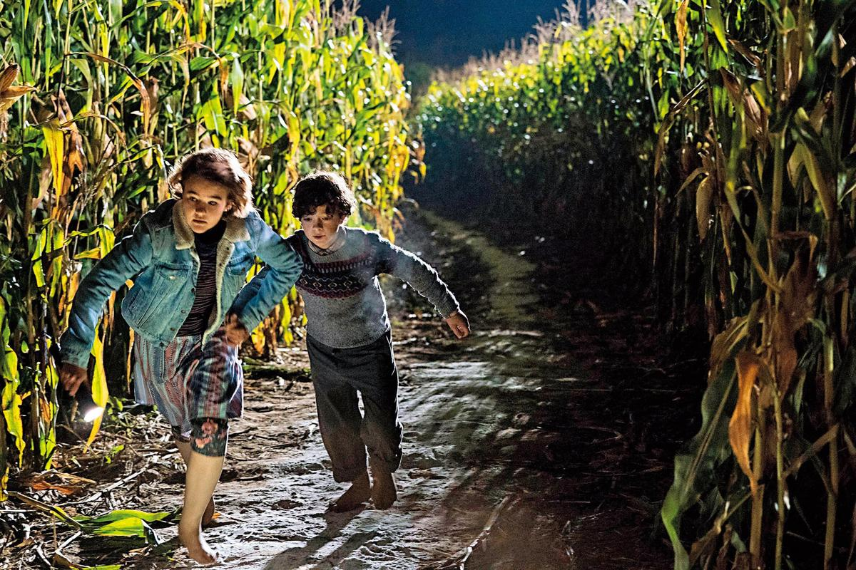 片中飾演失聰大女兒的米莉森西蒙斯(左),肩負起保護全家人的重責大任,也是拍攝現場的手語小老師。