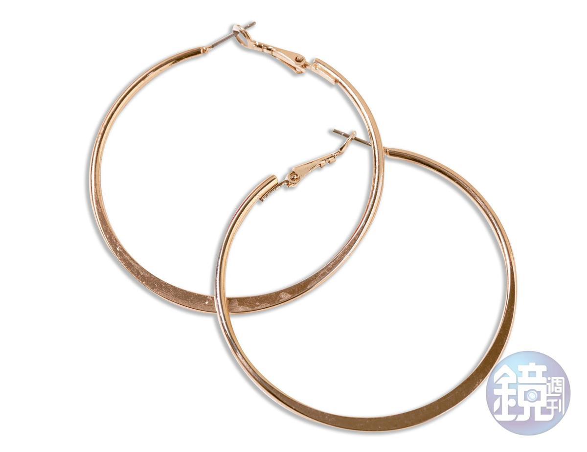 東區小店買的金色耳環,約NT$250 。