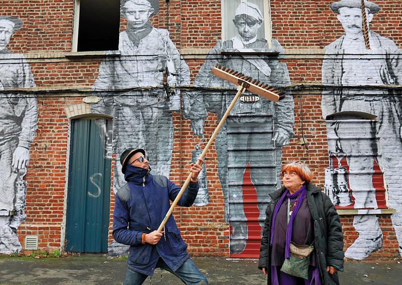 高齡近90歲的安妮華達(右)與年齡幾乎可以當她孫子的街頭藝術家JR在藝術前恣意玩耍狂歡,將影像的魅力發揮到極致。(海鵬提供)