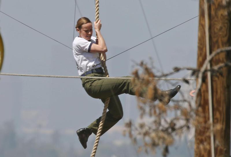 布麗拉森拍攝吊鋼絲攀繩的動作戲,不少人酸她虎背熊腰、伙食太好,但確實她是有點過壯。(東方IC)