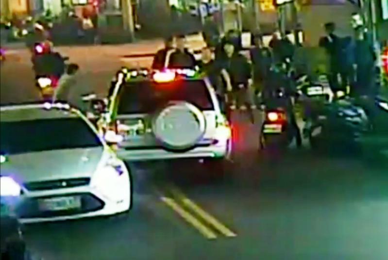 台北市湖光市場近日爆發街頭鬥毆,閻男糾眾對老婆的龐姓同事持鋁棒圍毆。(警方提供)