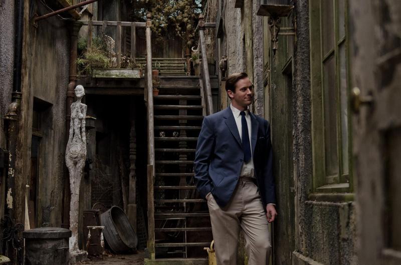 艾米漢默在《寂寞大師》演出同志藝術評論家,繼續腐好腐滿。(傳影互動提供)