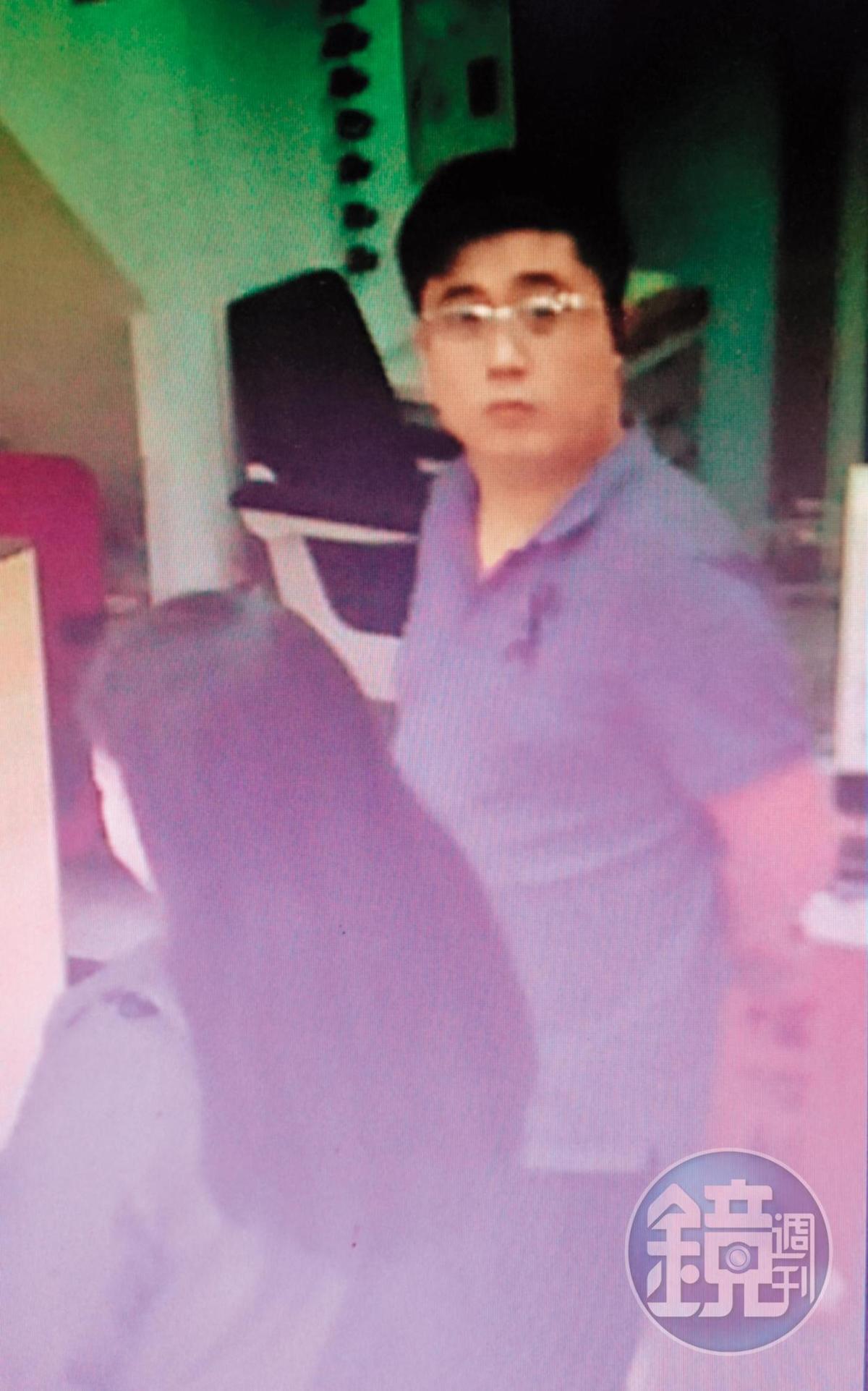 穿著藍色POLO衫的陳紹銘(右)佯裝業務,向眼鏡行推銷鏡框時左顧右盼,刻意避開監視器。(翻攝畫面)