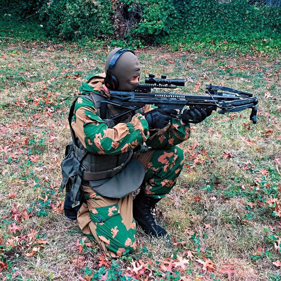 孫安佐熱中收藏槍械軍事用品,還曾在臉書上放上全副武裝的相片。(翻攝自孫安佐臉書)