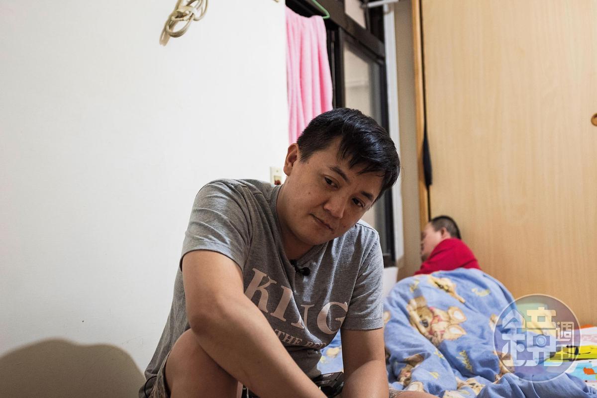 高盟傑(前)現已遷出原生家庭獨自租房居住,這天他帶我們回家探望罹患唐氏症的弟弟阿展(後)。