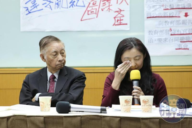 文大董事長張鏡湖與女兒張海燕召開記者會控訴董事圖謀校產,張海燕還邊說邊拭淚。