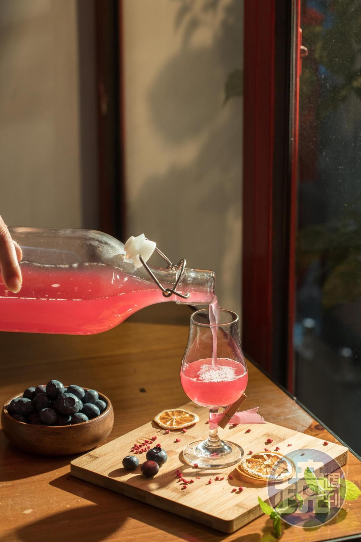 在家製作「藍莓酒」簡單上手,粉紅酒液誘人貪杯。