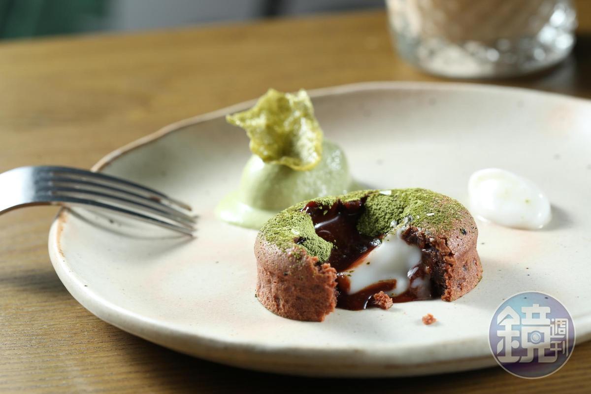 「熔岩巧克力蛋糕」是以65%黑巧克力製成,內餡夾進萊姆優格,搭配自製的綠茶冰淇淋和抹茶米餅,打破甜膩印象。。(320元/份)