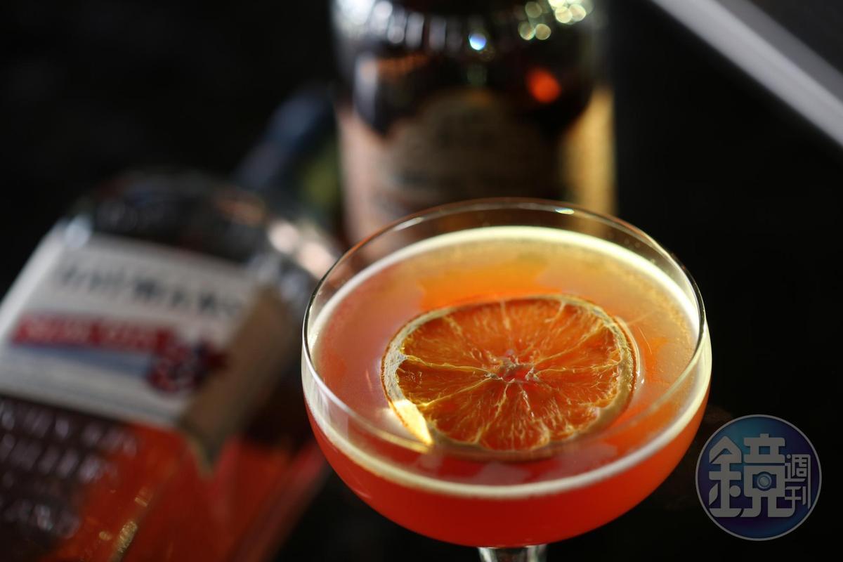以野莓琴酒、杏桃白蘭地及萊姆汁調成的「Charlie Chaplin」,有莓果的酸甜和柑橘香。(380元/杯)