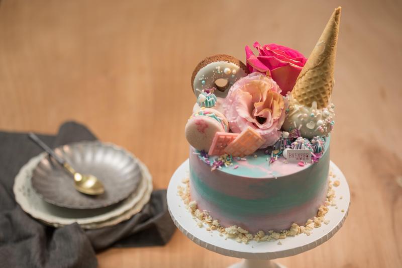 「渲染系繽紛甜食設計款蛋糕」馬卡龍色系搭配甜筒、甜甜圈裝飾,造型活潑。(3,000元/6吋矮款)