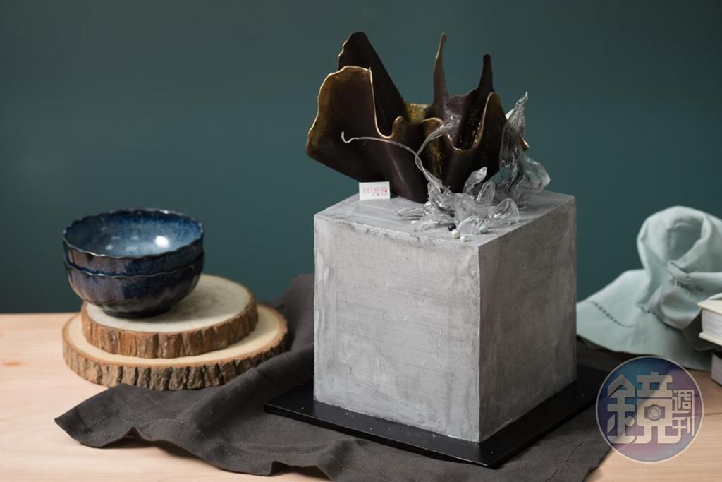 「水泥系皇冠方形設計款蛋糕」抹面呈現出的水泥質感十分逼真,以前衛造型詮釋客製精神。(4,500元起/6吋高款)