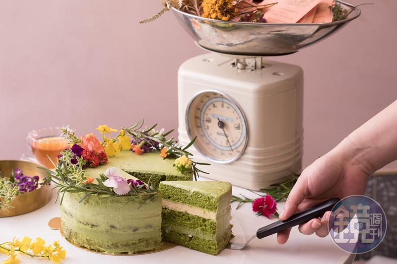 「日式經典抹茶」使用小山園抹茶,滋味濃郁,內餡一層為抹茶和白巧克力甘納許,一層是柚子奶凍,入口多了清爽酸味。(1,850元/7吋)