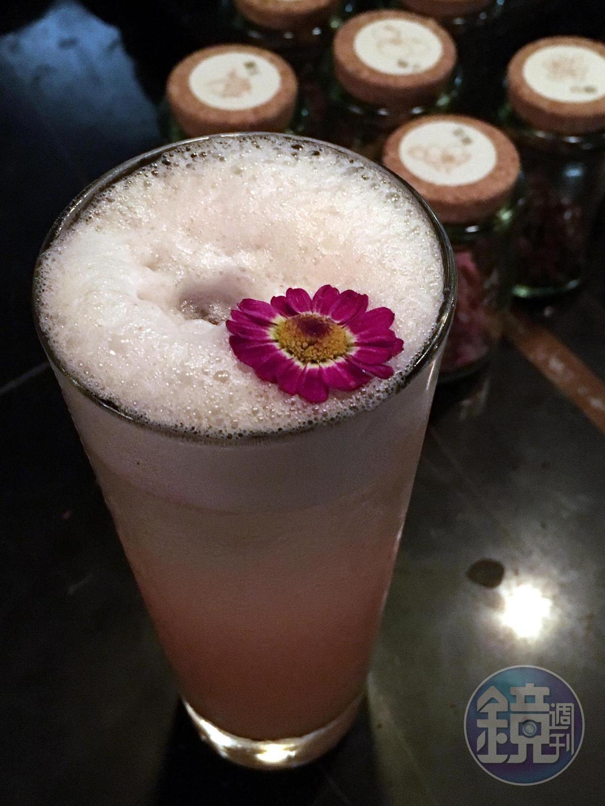 以新鮮果汁、自製檸檬香茅糖漿與六ROKU調成的「芸雪」,有蜜桃和玫瑰花香,以及用蛋白製造的滑順口感。(400元/杯,Closet Restaurant & Bar提供)