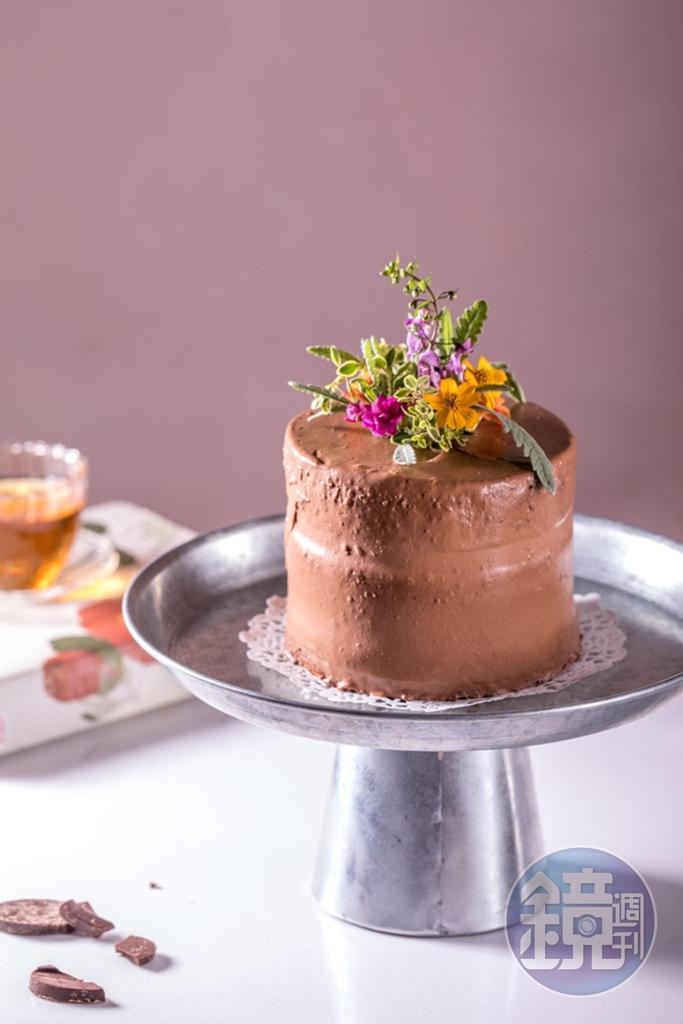 「濃心巧克力」慕斯和海綿蛋糕使用法國法芙娜 70%巧克力,巧克力內餡加入同口味脆片,增添口感。(520元/4吋)