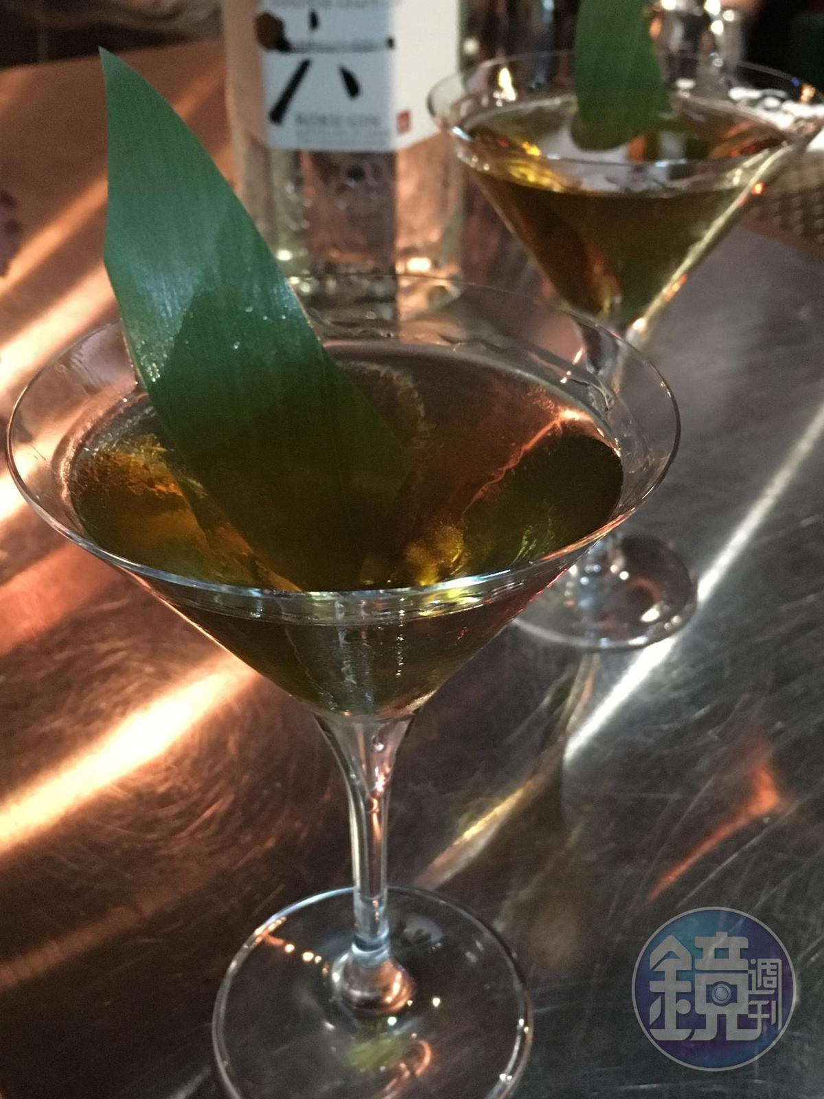 「春露」用六ROKU搭配雪莉酒,喝來帶點堅果和木質調性。(400元/杯,Closet Restaurant & Bar提供)